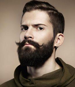 مردی دارای ریش و سبیل