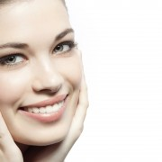 Pretty lady smiling with ahnds on face 180x180 - 8 روش ساده گریم: بی نقص شوید