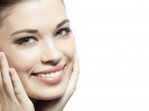 Pretty lady smiling with ahnds on face 300x225 - 8 روش ساده گریم: بی نقص شوید