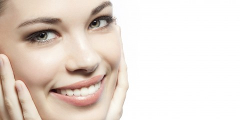 Pretty lady smiling with ahnds on face 480x240 - 8 روش ساده گریم: بی نقص شوید