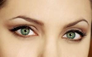 angelina jolie 2218 300x188 - چگونه به چشمان مان ظاهری بزرگتر بدهیم؟