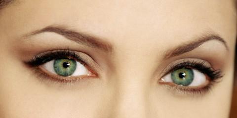 angelina jolie 2218 480x240 - چگونه به چشمان مان ظاهری بزرگتر بدهیم؟