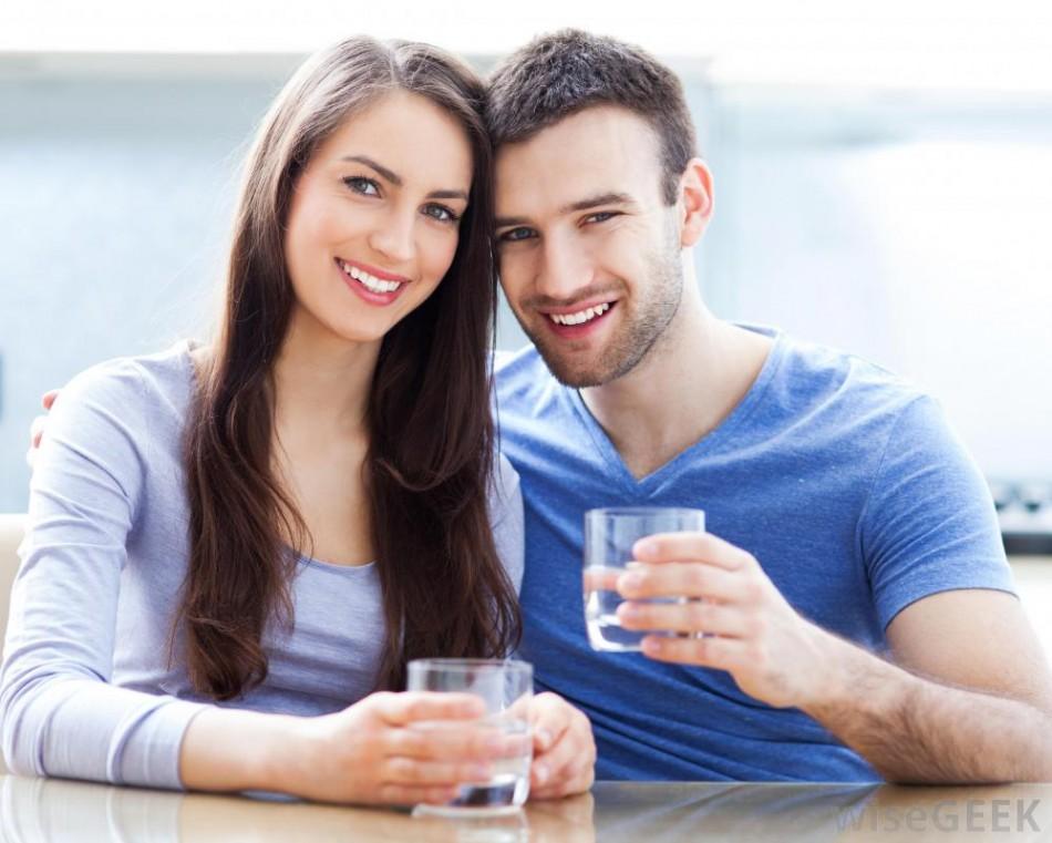 man and woman holding glasses of water smiling 950x761 - با جراحی واژن (لابیاپلاستی) اعتماد به نفس خود را بازیابید