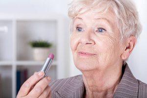 22 300x200 - نکات آرایشی برای خانم های مسن