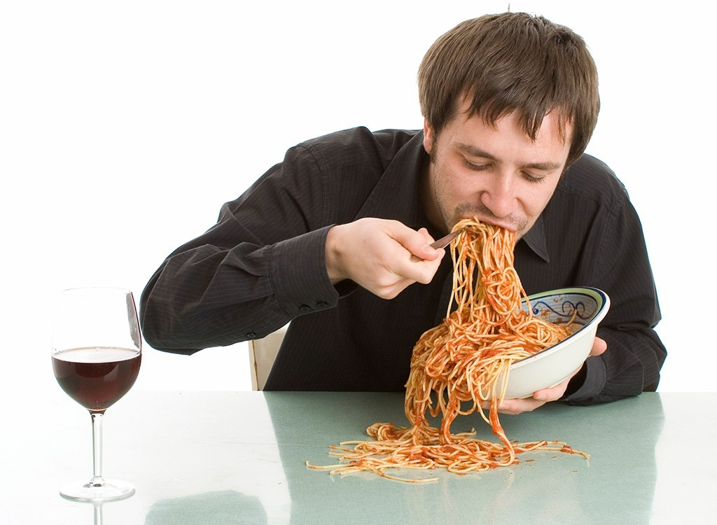 man eating spaghetti foods make you hungrier - در دام غذاهایی که شما را گرسنه تر میکند نیوفتید!