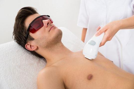 لیزر مرد - لیزر موهای زائد بدن مردان- چرا لیزر برای مردان از تیغ زدن بهتر است؟